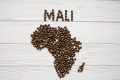 Mapa de Mali feito dos feijões de café roasted que colocam no fundo textured de madeira branco Fotos de Stock