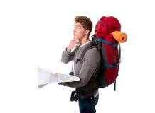 Mapa de mirada turístico del backpacker joven en la tensión perdido y confundido Fotografía de archivo libre de regalías