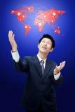 Mapa de mundo da terra arrendada do homem de negócio Fotografia de Stock Royalty Free