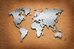 Mapa de mundo do metal na madeira Imagem de Stock