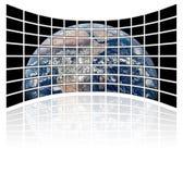 Mapa de mundo em telas da tevê (fundo branco) Fotos de Stock Royalty Free