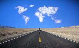 Mapa de mundo na formação da nuvem. Fotografia de Stock Royalty Free
