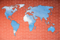 Mapa de mundo na parede de tijolo fotos de stock royalty free