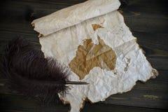 Mapa de oceania no papel do vintage com a pena velha na mesa de madeira da textura fotografia de stock royalty free