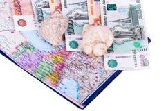 Mapa de Rússia, de dinheiro e de shell em um fundo branco Fotos de Stock