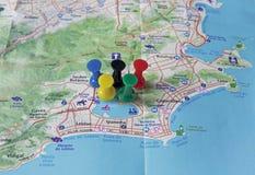 Mapa de Rio de Janeiro con los pernos del empuje que señala a los destinos turísticos Imagen de archivo