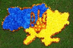 Mapa de Ucrania (contornos), escudo de armas Ucrania (tridente) en azul Imagen de archivo libre de regalías