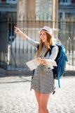 Mapa de visita da leitura da cidade do Madri da menina atrativa feliz do estudante de troca imagem de stock