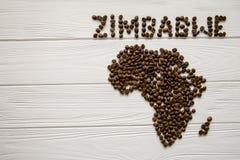 Mapa de Zimbabwe feito dos feijões de café roasted que colocam no fundo textured de madeira branco Fotos de Stock