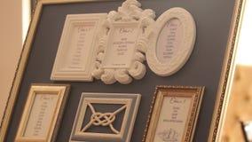 Mapa del asiento de la huésped en el restaurante antes de la recepción y del banquete Nombres de huéspedes en el caballete marino metrajes