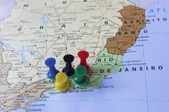 Mapa del Brasil con los pernos del empuje que señalan a Rio de Janeiro Foto de archivo