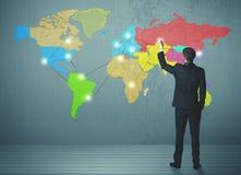 Mapa del dibujo del hombre de negocios en la pared fotografía de archivo