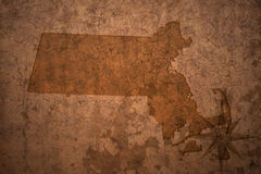 Mapa del estado de Massachusetts en un viejo fondo del papel del vintage fotografía de archivo