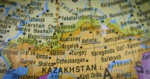 Mapa del mundo con el mapa del país de Kazajistán almacen de video