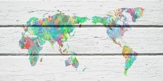 Mapa del mundo con las manos en diversos colores Fotos de archivo libres de regalías