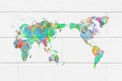 Mapa del mundo con las manos en diversos colores Imágenes de archivo libres de regalías