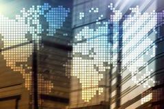 Mapa del mundo de la exposición doble en fondo del rascacielos Concepto de la comunicación y del negocio global ilustración del vector