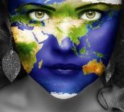 Mapa del mundo en la cara de la muchacha Imagen de archivo libre de regalías