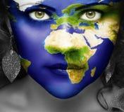 Mapa del mundo en la cara de la muchacha Fotos de archivo libres de regalías