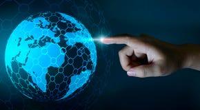 Mapa del mundo en las manos de una tecnología de red del hombre de negocios y de datos de entrada del espacio de la comunicación stock de ilustración