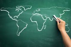 Mapa del mundo en una pizarra de la escuela Imágenes de archivo libres de regalías