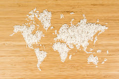 Mapa del mundo hecho del arroz blanco Foto de archivo