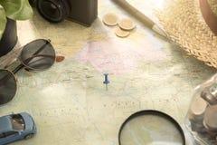 Mapa del mundo para las vacaciones de planificación con otros accesorios del viaje Foto de archivo