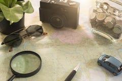 Mapa del mundo para las vacaciones de planificación con otros accesorios del viaje Imagenes de archivo