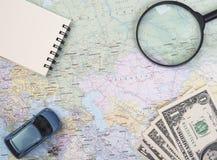 Mapa del mundo para las vacaciones de planificación con otros accesorios del viaje Imagen de archivo
