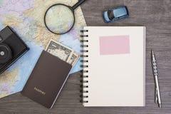 Mapa del mundo para las vacaciones de planificación con otros accesorios del viaje Fotografía de archivo libre de regalías
