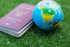 Mapa del mundo y pasaporte Foto de archivo libre de regalías
