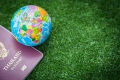 Mapa del mundo y pasaporte Imagen de archivo libre de regalías