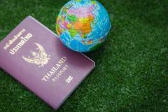 Mapa del mundo y pasaporte Foto de archivo