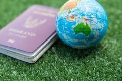 Mapa del mundo y pasaporte Imagenes de archivo