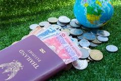 Mapa del mundo y pasaporte y dinero Imágenes de archivo libres de regalías