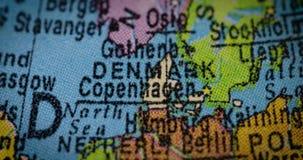 Mapa del país de Dinamarca en el globo metrajes