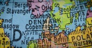 Mapa del país de Dinamarca en el globo almacen de video