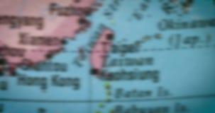 Mapa del país de Taiwán en el globo almacen de video