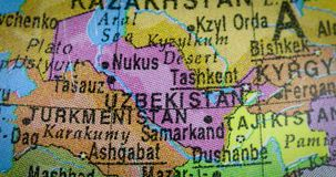 Mapa del país de Uzbekistán en el globo almacen de metraje de vídeo