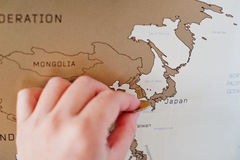 Mapa del viaje del rasguño del mundo Mano del borrado Japón del hombre con el co fotos de archivo