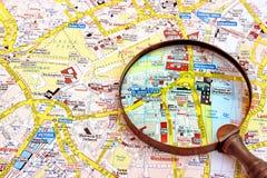 Mapa del vidrio de Londres y de la lupa Foto de archivo libre de regalías