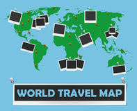 Mapa do curso do mundo com quadros e pinos da foto Projeto de conceito da viagem Fotos de Stock Royalty Free