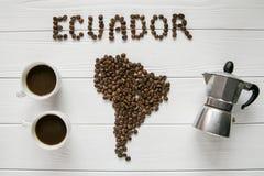 Mapa do Equador feito dos feijões de café roasted que colocam no fundo textured de madeira branco com os copos do café, fabricant Foto de Stock Royalty Free