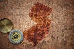 Mapa do estado de New-jersey em um papel velho da quebra do vintage fotografia de stock