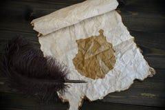 Mapa do gran canaria no papel do vintage com a pena velha na mesa de madeira da textura foto de stock