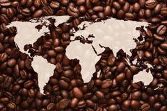 Mapa do mundo com fundo dos feijões de café Foto de Stock