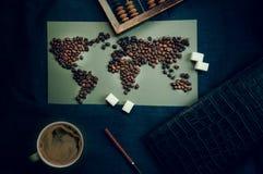 Mapa do mundo de feijões de café, copo comércio e globalização Vista superior Fotos de Stock Royalty Free