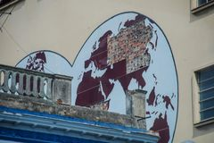 Mapa do mundo destruído na parede de uma casa em Havana fotografia de stock