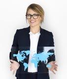 Mapa do mundo do negócio de Smiling Happiness Global da mulher de negócios Imagem de Stock Royalty Free