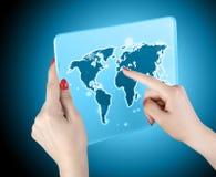 Mapa do mundo e conexão do toque da mão da mulher Fotografia de Stock Royalty Free